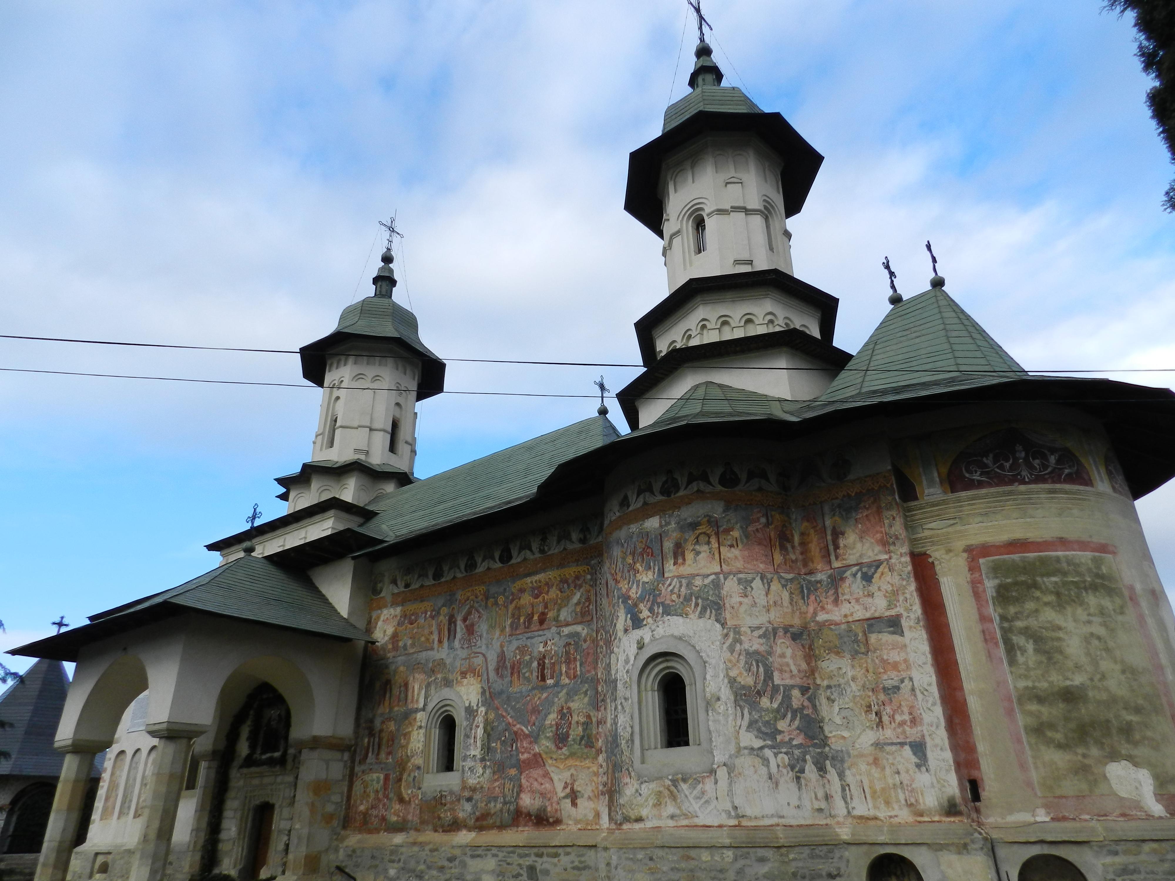 Mănăstirea Râșca, cea mai puțin vizitată dintre mănăstirile cu frescă exterioară din nordul Moldovei.